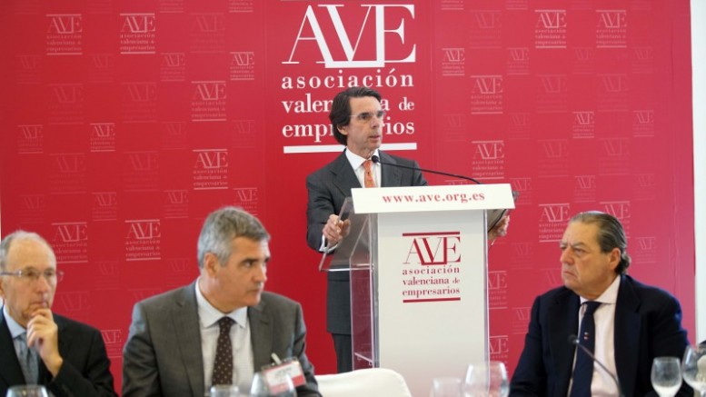 José Maria Aznar desde el atril dirigiéndose a los empresarios de AVE.