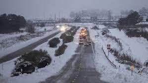 La intensa nieve que ayer traía imágenes de felicidad, hoy esta causando caos en toda la Comunitat.