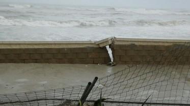 Los vecinos del Saler denuncian la dejadez de Costas en la reparación de los daños del paseo