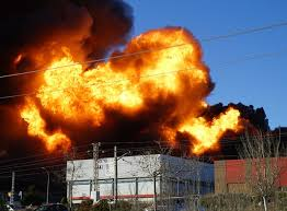 Espectacular incendio en el polígono de Fuente del Jarro