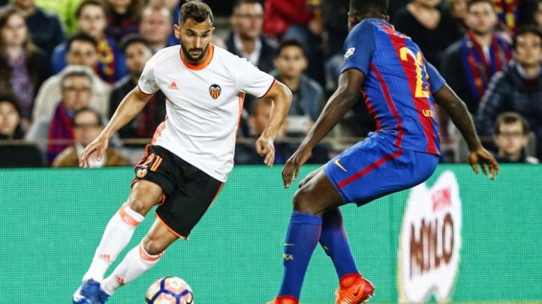 El Valencia CF pierde ante el Barcelona en un choque condicionado por la expulsión de Mangala (4-2)