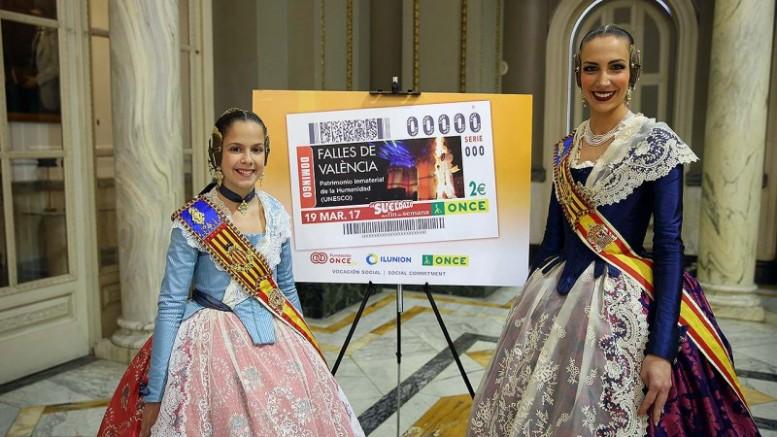 Falleras Mayores ante el modelo de cupón de la ONCE alegórico a las Fallas 2017