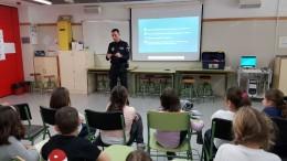 La Policía Local de Almussafes enseña a los menores a utilizar correctamente los petardos