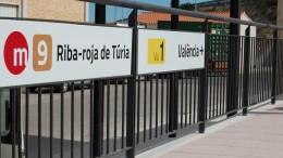 Los alumnos del Colegio Más dEscoto de Riba-roja de Túria animan a la lectura a los usuarios de la Línea 9 de Metrovalencia