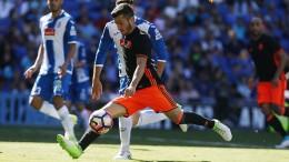Un golazo de Gayà le da la victoria al Valencia CF ante el Espanyol (0-1)