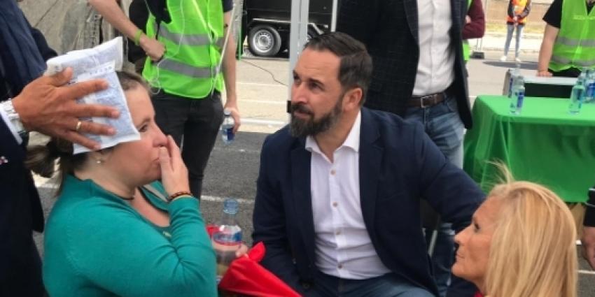 Santiago Abascal interesándose por uno de los heridos hoy en Barcelona