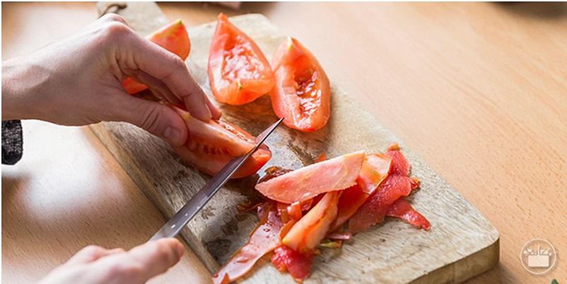 Pelar el tomate y quitar las semillas