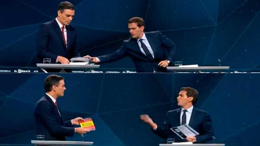 Rivera da a Sánchez una copia de su propia tesis doctoral, y este le da un ejemplar del libro de Santiago Abascal.