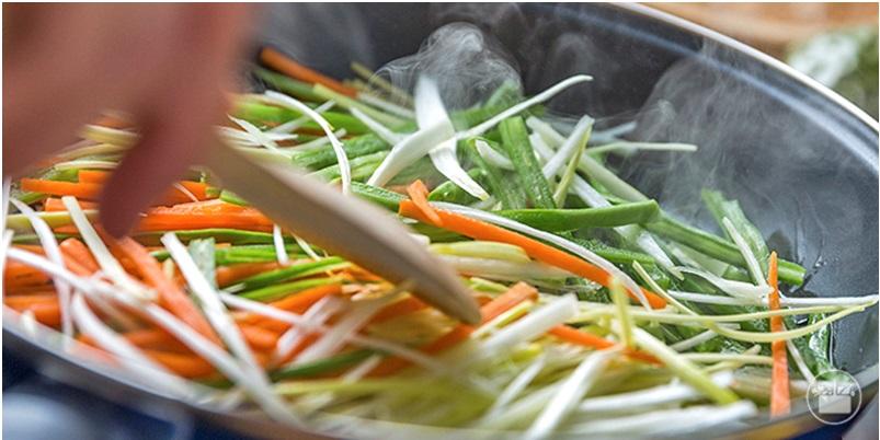 Saltear las verduras durante 2 minutos
