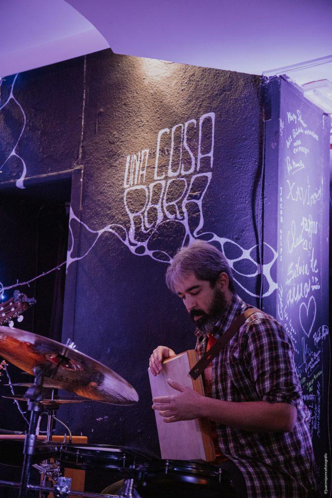 Esteban Rodrigo percusionista en la presentacion de Eixa