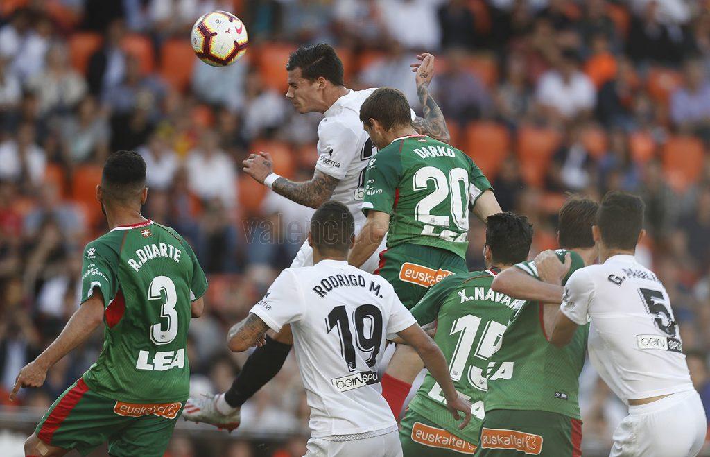l Valencia CF gana al Alavés y ya depende de sí mismo para estar en la próxima Champions (3-1)