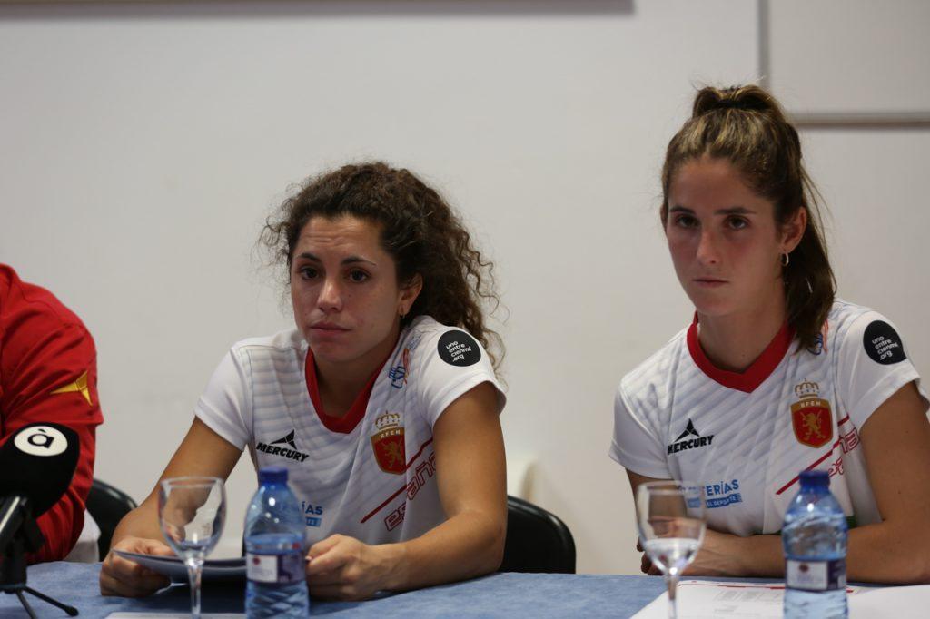 Las capitanas de la Selección española de hockey Georgina y Carlota