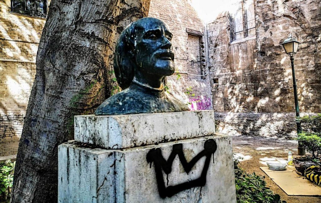 Vandalismo en el monumento dedicado a Andrés Marzal de Sax, ubicada en los Jardines de la Iglesia de San Agustín
