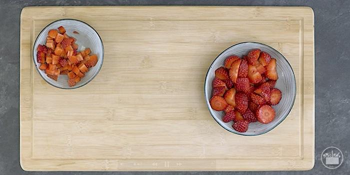 1.Trocear los fresones en tacos y trocitos.