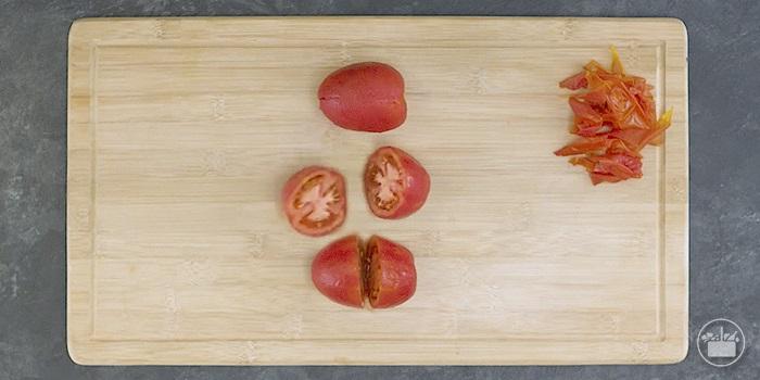 Pelar y cortar los tomates.