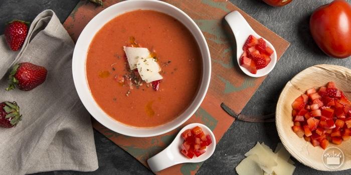 Servir en un bol, añadir taquitos de fresón y pimiento y decorar con albahaca y unas lascas de queso Grana Padano.