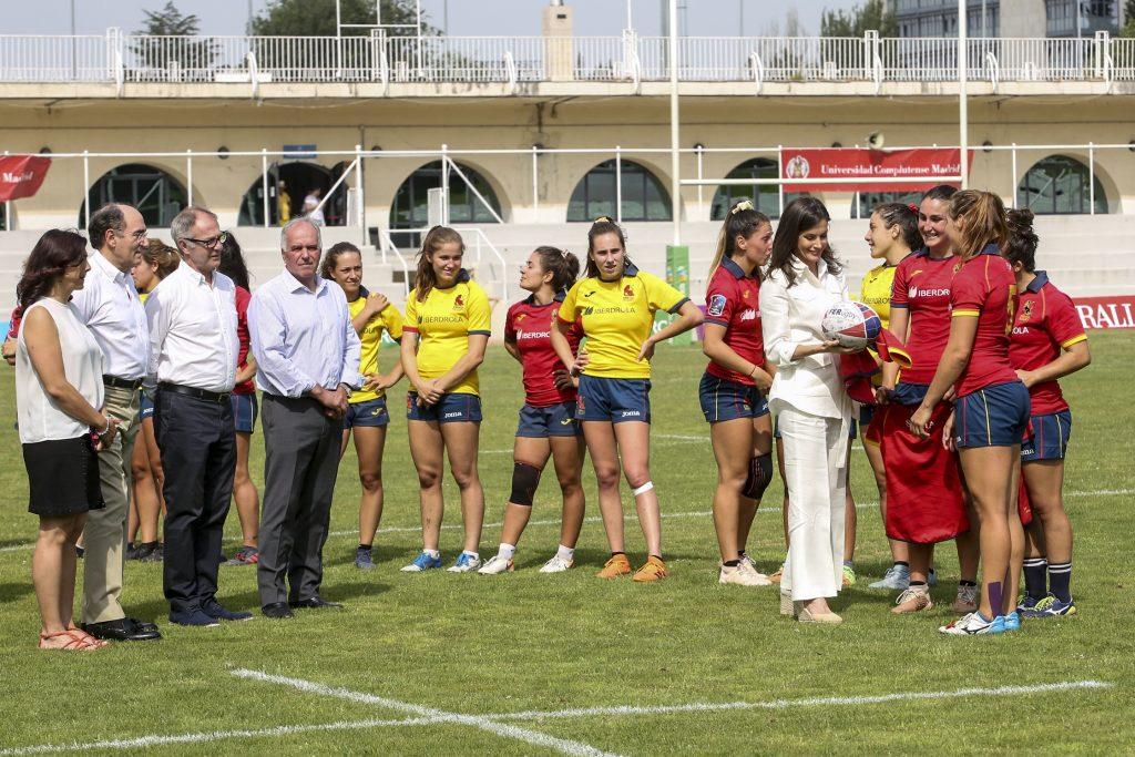 SM La Reina Leticia saludando a las jugadoras