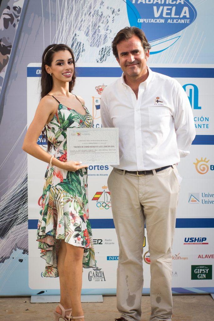 Ada Quintana con el premio junto a D. Miguel López Barbero