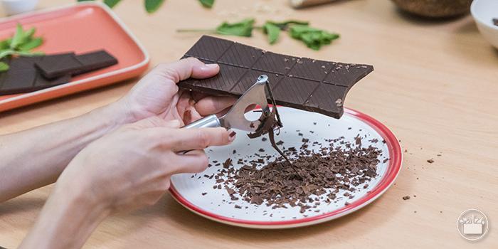 Hacervirutas de chocolatecon un pelador