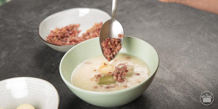 Espolvorear cada bol con los taquitos de jamón que, previamente, habremos calentado en el microondas o en el horno con ventilador hasta que estén crujientes. Las recetas de Mercadona