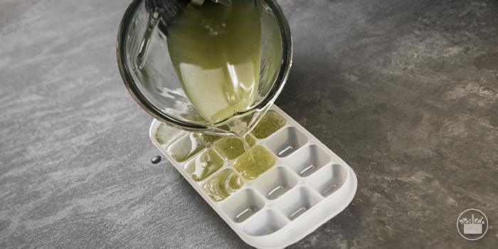 Preparar unos cubitos con la misma medida de limón exprimido y de agua. Añadir hierbabuena cortada finamente y ponerlos en el congelador.