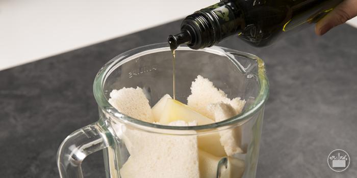 Turbinar en un vaso americano el melón a tacos con las rebanadas de pan blanco y una cucharada sopera de aceite. Las recetas de Mercadona