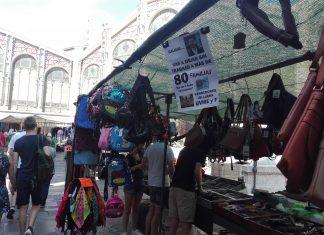 Los vendedores del mercadillo dominical del Mercado central se rebelan contra el Consistorio