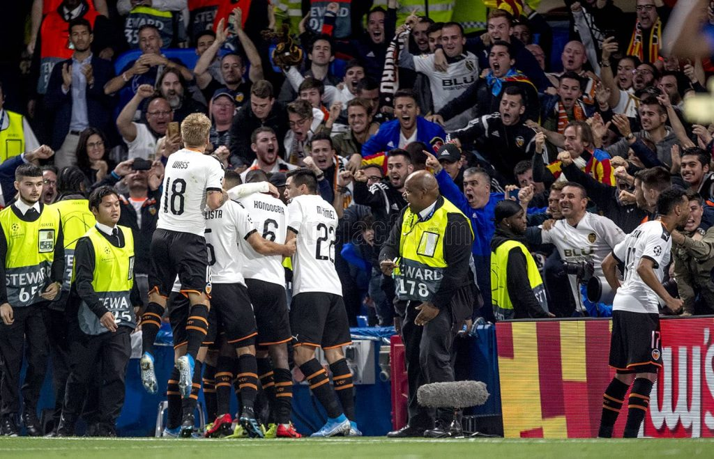 Valencia CF festeja el gol de Rodrigo contra Chelsea
