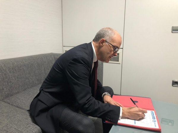 El Senador valenciano Fernando de Rosa firmando la Afiliación al Partido Popular