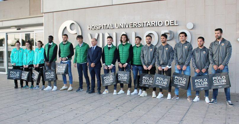 El Elche Club de Fútbol entrega regalos a los niños ingresados en el Hospital del Vinalopó