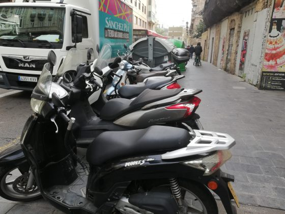 Las motos vuelven a las aceras del centro tras el fiasco de Ribó