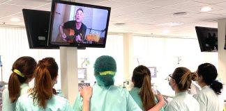 Los pacientes de Ribera Salud disfrutan de un concierto virtual solidario de Álex de la Nuez