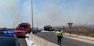 La Guardia Civil rescata una persona del interior de un vehículo ardiendo tras un accidente de circulación.