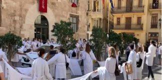 Más de 100 médicos se concentran ante el Palau de la Generalitat Valenciana