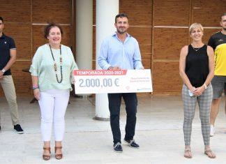 Ribera Salud y el Hospital Universitario de Torrevieja renuevan su compromiso con el Balonmano Playa