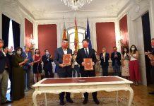 Ximo Puig firma en Les corts el pacto político del Acuerdo 'Alcem-nos' para la recuperación de la Comunitat Valenciana