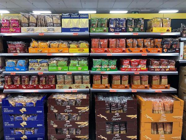 Rosquilletas en sus distintas variedades en el lineal de una tienda Mercadona en Valencia