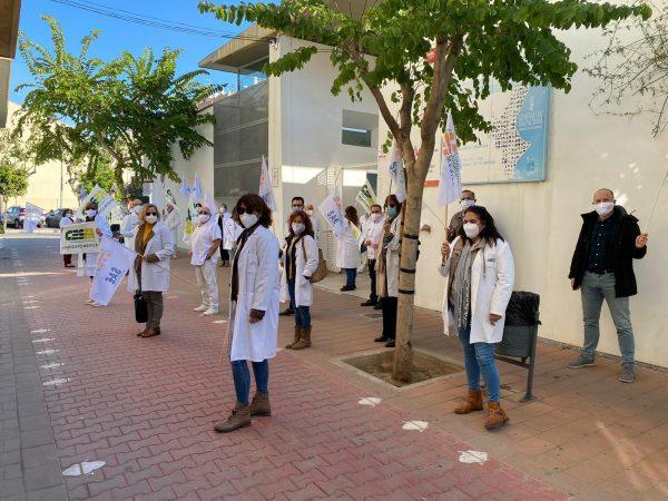 Concentración de médicos ayer en Massanassa