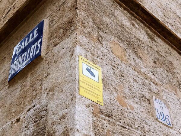 Siete monumentos de Valencia con cámaras de vigilancia para protegerlos y el Ayuntamiento fija los carteles en sus fachadas