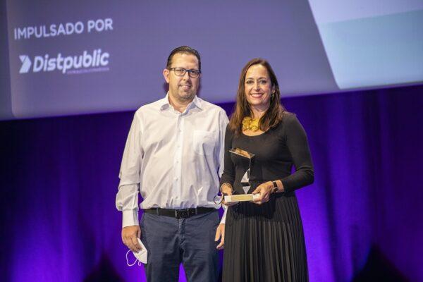 La directora de Comunicación, Márketing y Responsabilidad Social Corporativa (RSC), Angélica Alarcón, fue la encargada de recoger el galardón